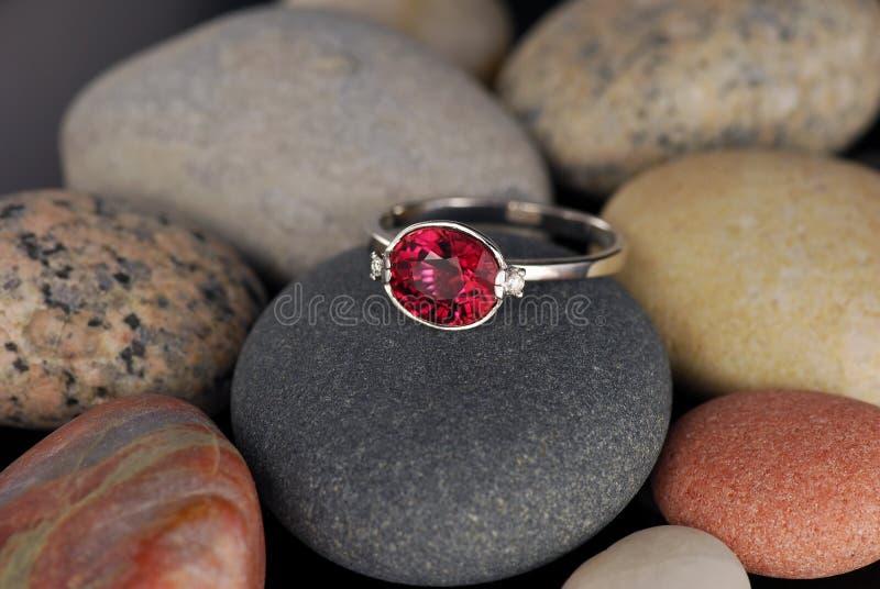 Biały złocisty pierścionek z tourmaline gemstone obrazy royalty free
