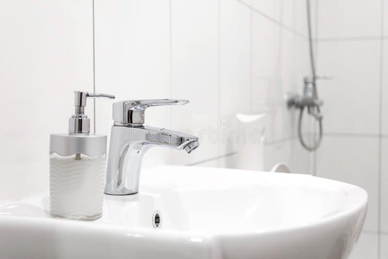 Biały zlew z Stalowym faucet w łazience obrazy stock