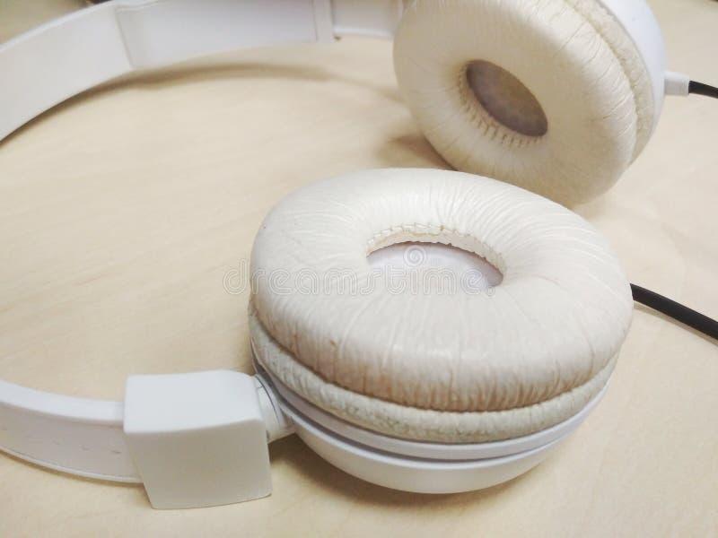 Białych hełmofonów czerni zewnętrznie drut fotografia stock