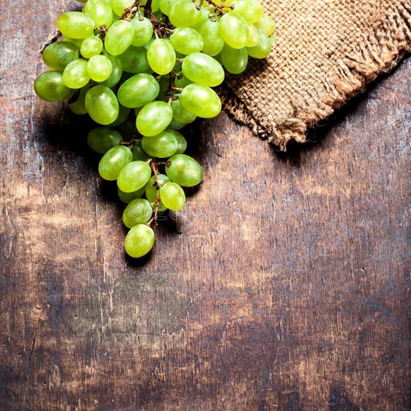 Białych winogron wiązka nad drewnianym tłem Zielony winogrono, countr obrazy royalty free