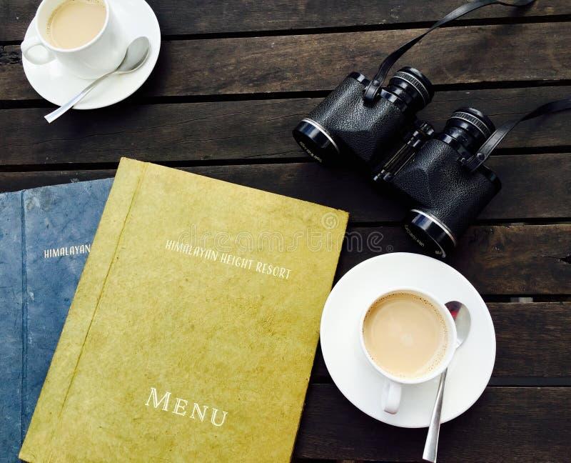 Biała Ceramiczna Herbaciana filiżanka na Białym spodeczku Blisko menu książki obraz stock