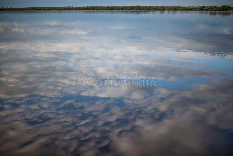 Bia?e chmury odbijaj? w wodzie obrazy royalty free