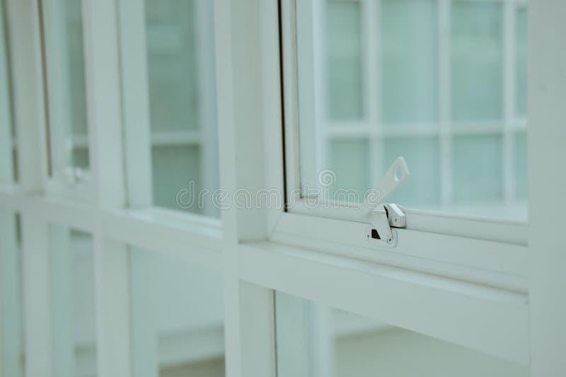 Bia?ej markizy pchni?cia biura aluminiowy okno zdjęcie stock