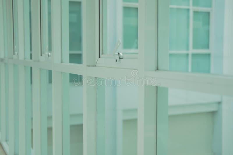 Bia?ej markizy pchni?cia biura aluminiowy okno fotografia stock