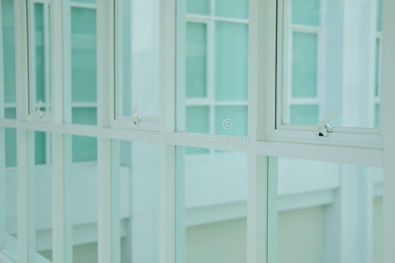 Bia?ej markizy pchni?cia biura aluminiowy okno obraz royalty free