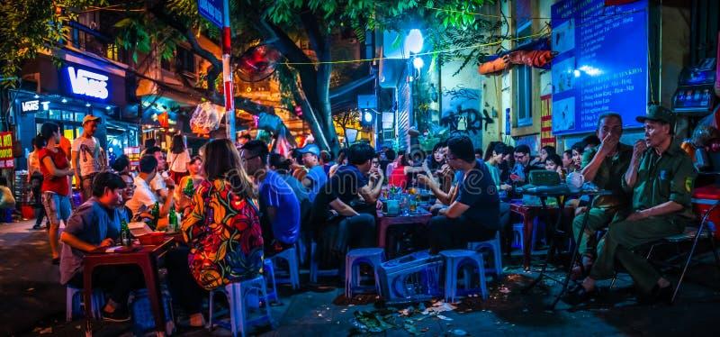 Bia Hoi在河内老处所,越南的连接点、Ta Hien和Luong Ngoc Quyen街道全景  免版税图库摄影