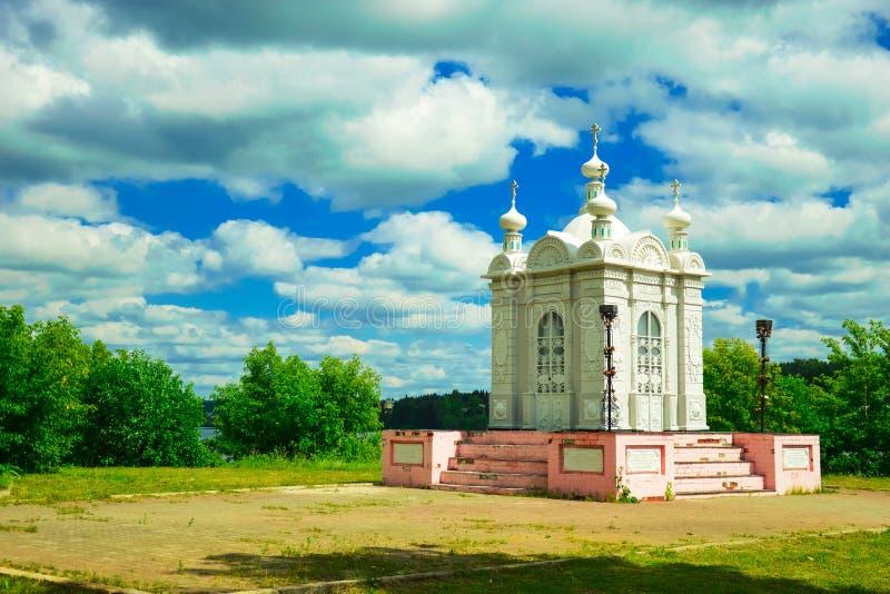 Download Biała kaplica obraz stock. Obraz złożonej z kościół, błękitny - 53786137