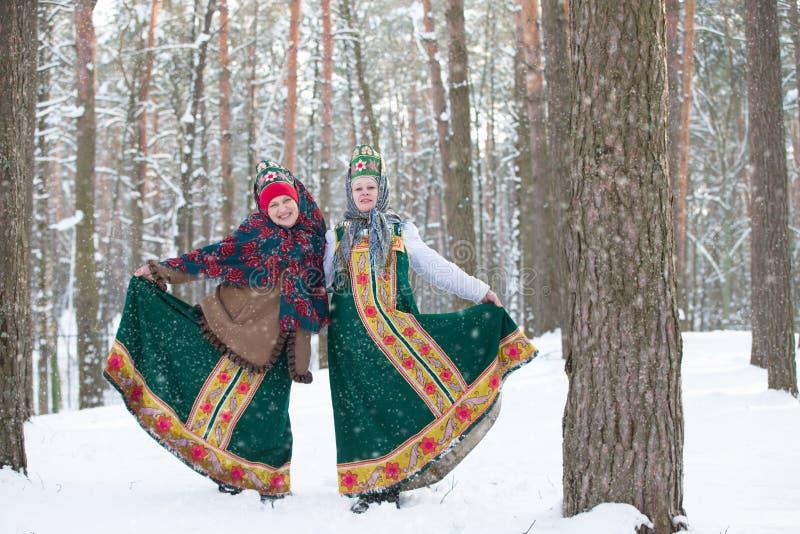 Bia?oru?, Gomel, Luty 18, 2018 Rosyjski wakacje widzii z zimy Maslenitsa Rosyjskie kobiety w obywatelu odziewają w zimie obrazy royalty free