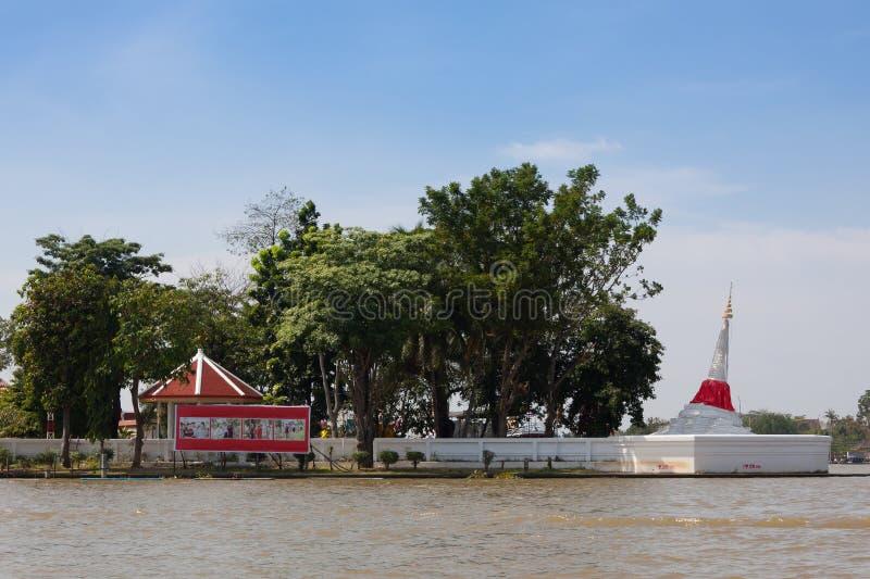 Bia?a pagoda przy Koh Kreda Nontaburi Tajlandia zdjęcie stock