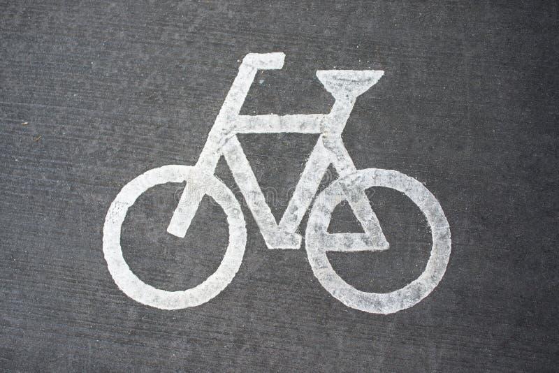 Bia?y bicyklu znak na asfaltowym roweru pasie ruchu obrazy royalty free