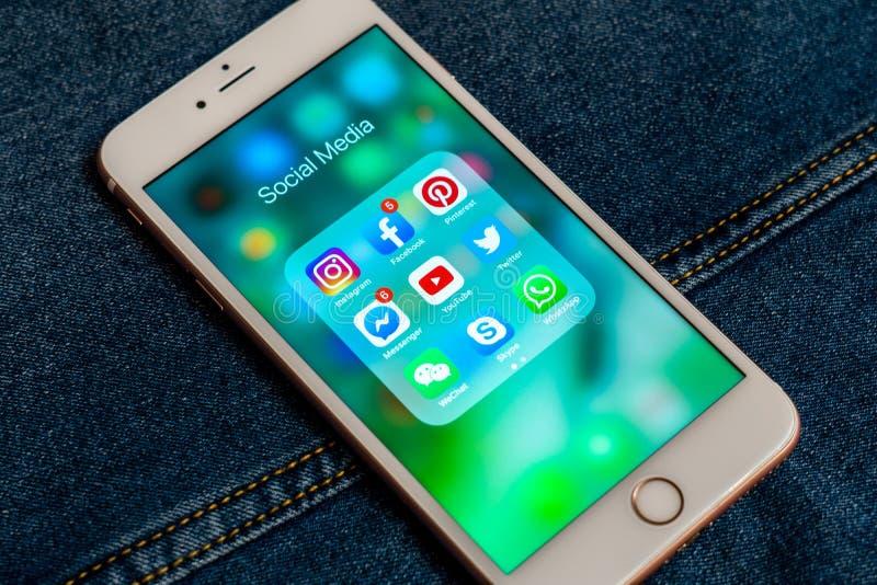 Bia?y Jab?czany iPhone z r??nymi ikonami og?lnospo?eczni ?rodki zdjęcie stock