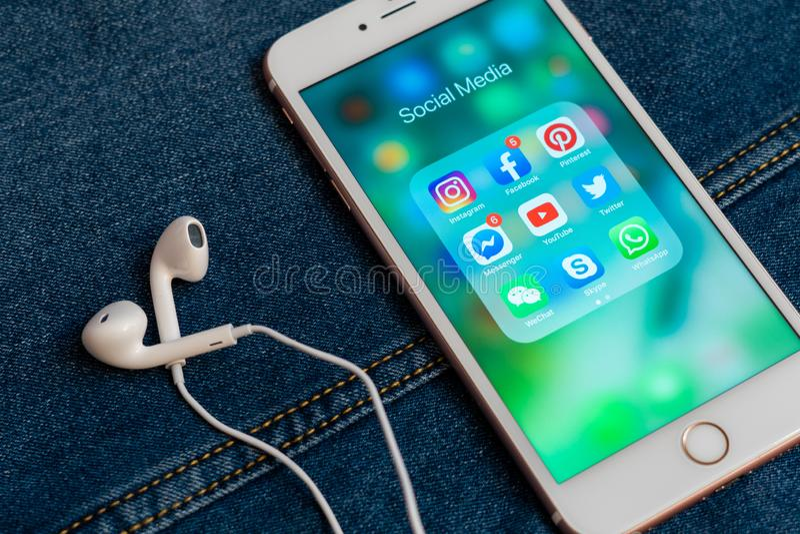 Bia?y Jab?czany iPhone z r??nymi ikonami og?lnospo?eczni ?rodki zdjęcia royalty free