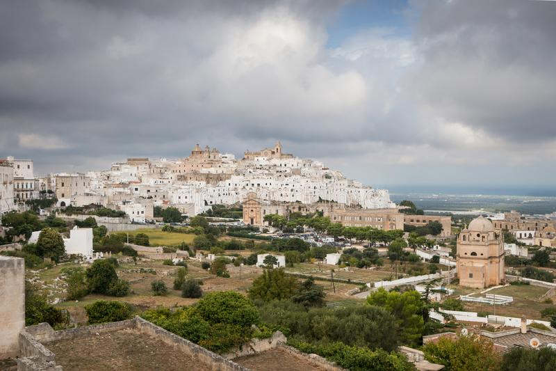 Bia?y miasteczko Ostuni, Puglia, W?ochy obraz royalty free
