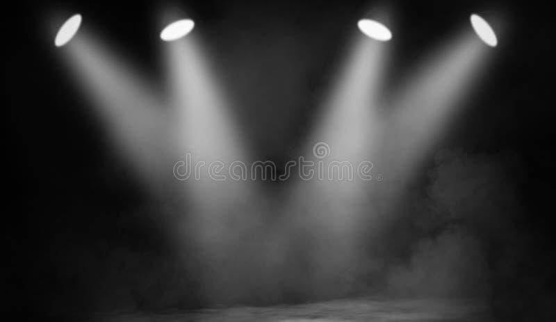 Bia?y projektor ?wiat?o reflektor?w scena z dymem na czarnym tle fotografia stock