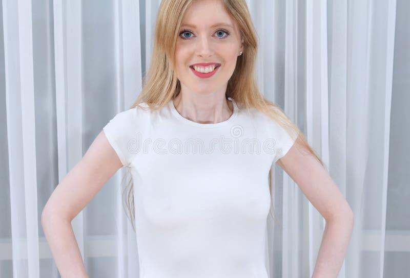 Download Biały tshirt zdjęcie stock. Obraz złożonej z nastoletni - 53782812