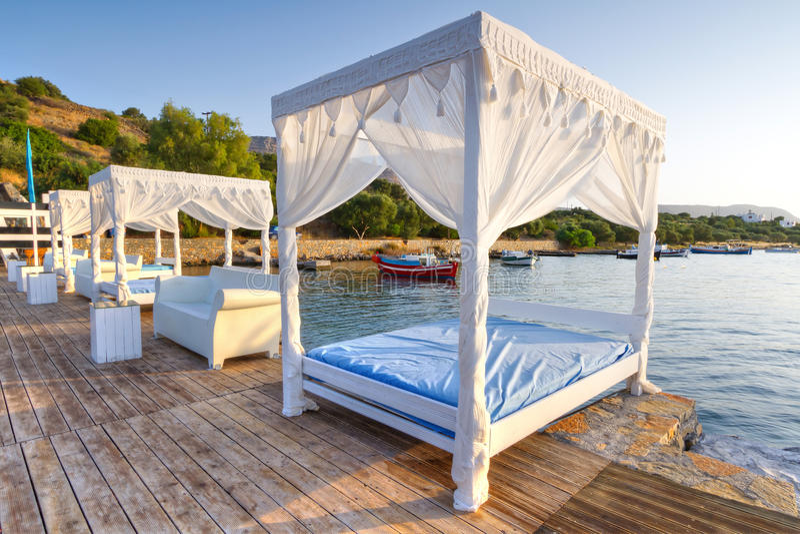 Biali łóżka Na Jawnej Plaży Crete Zdjęcia Stock