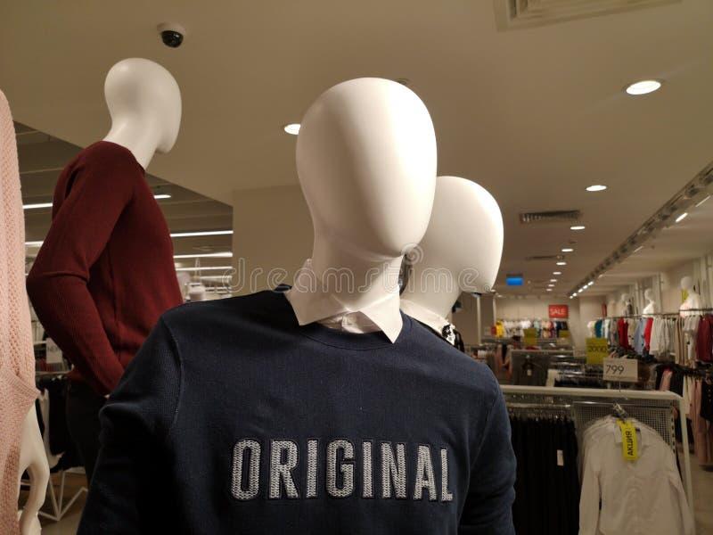 Biali łysi mannequins mężczyzna ubierali trzy lub więcej obraz stock