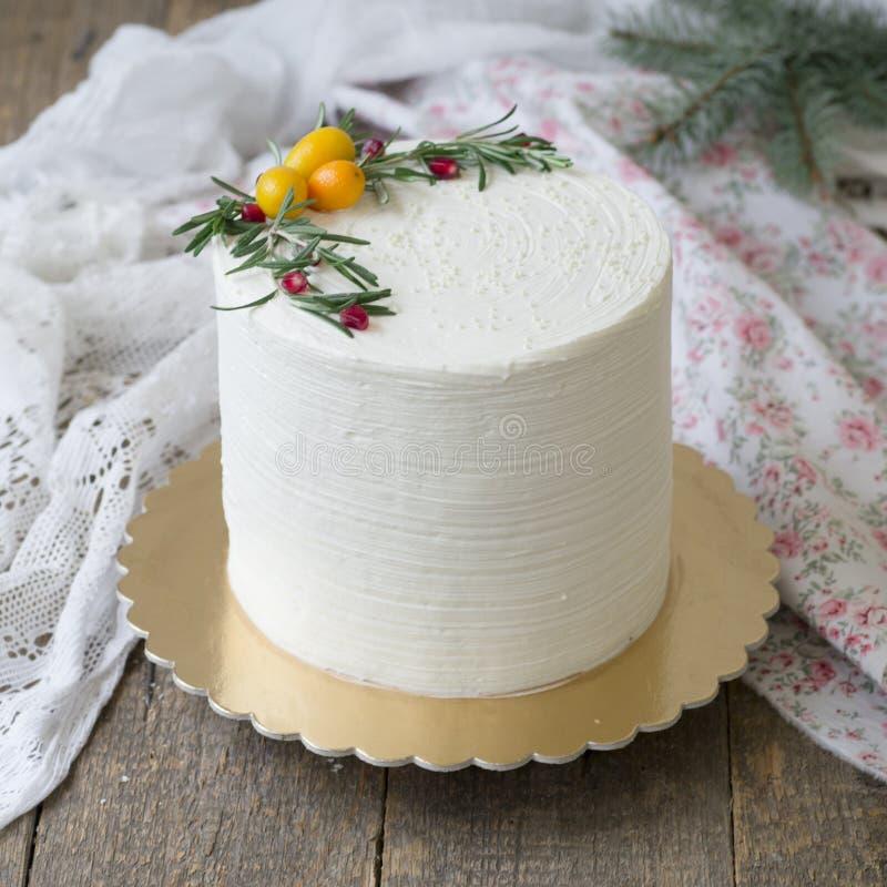 Biali boże narodzenia lub nowy rok zasychamy, dekorujemy z kumquat, sprigs rozmaryny i cranberries na drewnianym stole, Zima zdjęcia stock