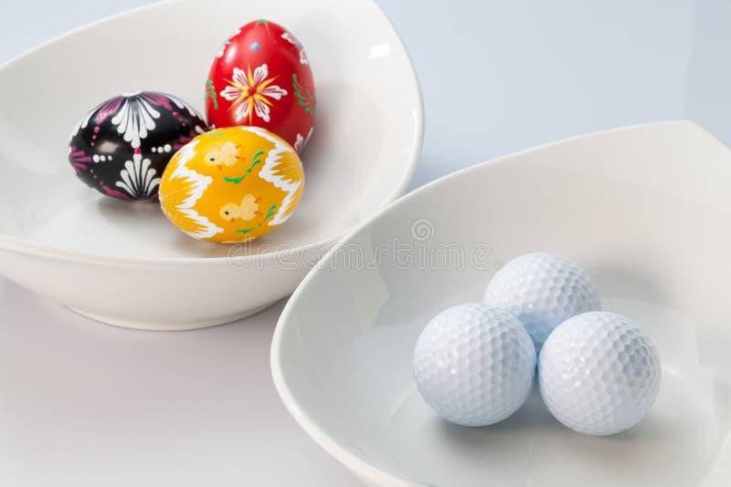 Biali ceramics puchary, piłki golfowe i jajka, zdjęcia stock