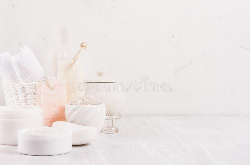 Biali delikatni kosmetyków produkty dla ciała i skóry opieki w białej nowożytnej łazience na półce, kopii przestrzeń zdjęcia stock