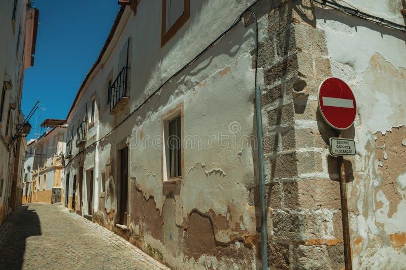 Biali domy z obieranie tynkiem i ŻADNY HASŁOWYM drogowym znakiem zdjęcia royalty free