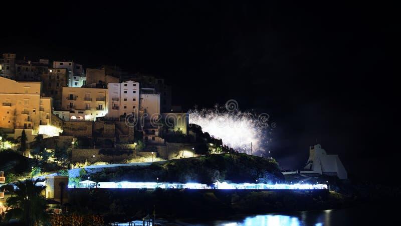 Biali fajerwerki w linia horyzontu miasto Sperlonga w Włochy zdjęcie royalty free