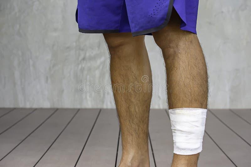 Biali gaza banda?e woko?o nogi t?a ?ciennej i drewnianej pod?ogi fotografia royalty free