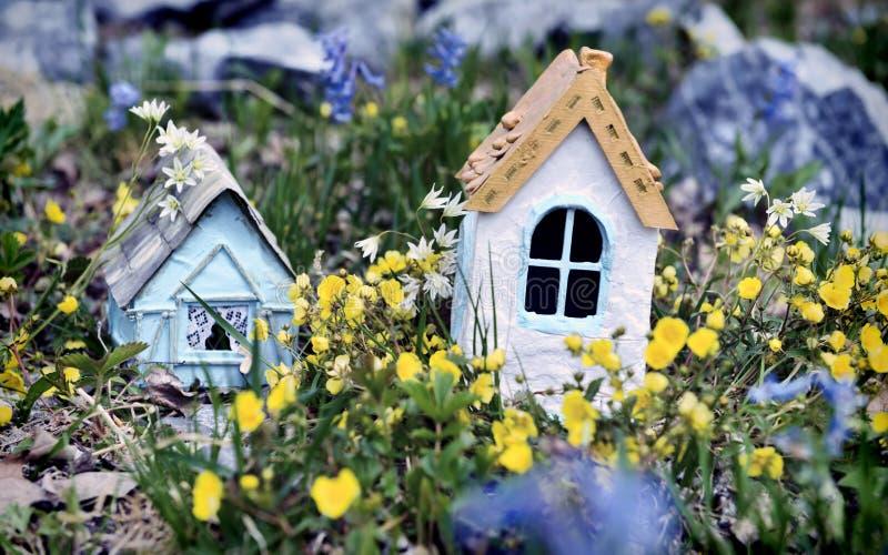 Biali i błękitni mali magiczni domy elfy w wiośnie kwitną obrazy stock