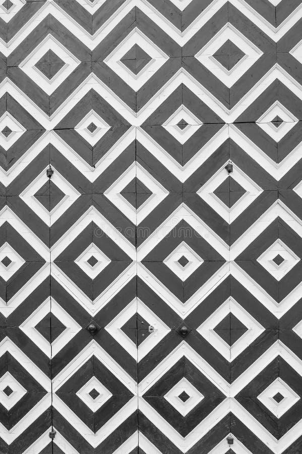 Biali i czarni rhombuses na starych drzwiach Fotografia w czarny i biały zdjęcie stock