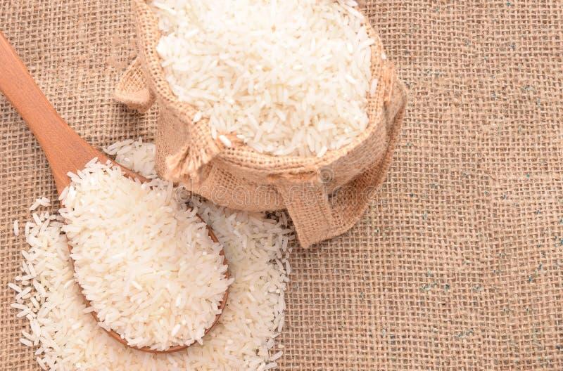 Biali irlandczyków ryż na drewnianej łyżce i konopie grabiją fotografia royalty free