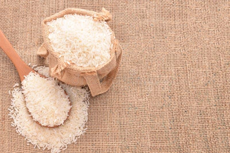Biali irlandczyków ryż na drewnianej łyżce i konopie grabiją obraz stock