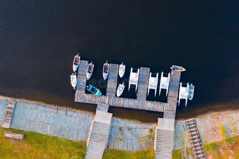 Biali jachty i łodzie motorowe parkujący wzdłuż brzeg, antena krajobraz zdjęcie stock