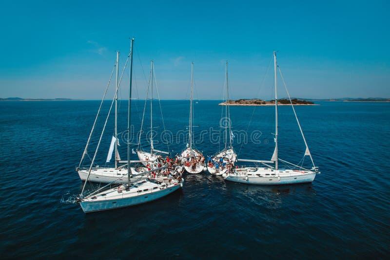Biali jachty w morzu są piękni obrazy stock