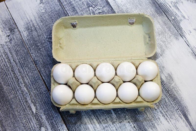 Biali jajka na drewnianym tle Symbol wielkanoc Jajka w kartonie zdjęcia royalty free