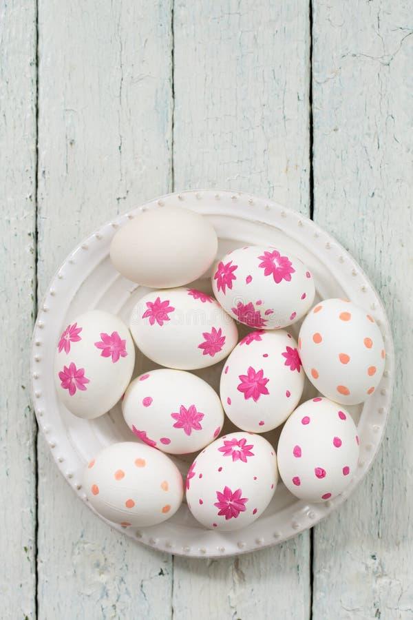 Biali jajka z różowymi kwiatami zdjęcia stock