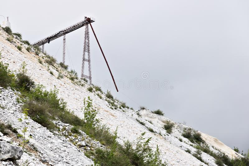 Biali Kararyjscy marmurowi łupy Przemysłowy stalowy trellis W?ochy fotografia stock