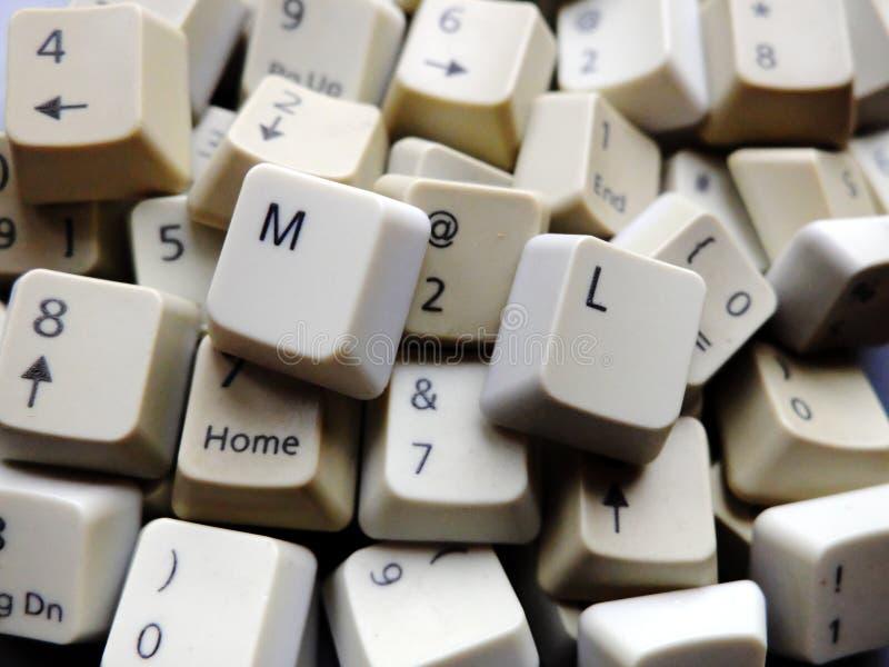 Biali komputerowi klawiaturowi klucze, przeważny numeryk z ML Maszynowym uczenie zapinają przy przodem Pojęcie nieuporządkowani d zdjęcia royalty free