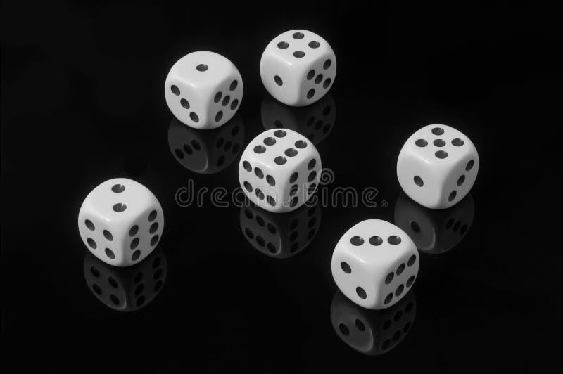 Biali kostka do gry na czarnym tle obrazy stock