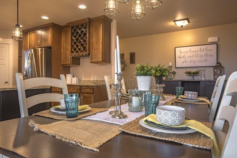 Biali krzesła wokoło brązu łomota stół z konopie stołu placemats i biegaczami zdjęcie stock
