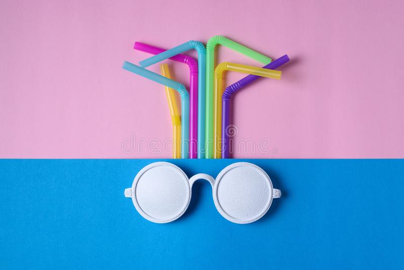 Biali okulary przeciwsłoneczni z kolorowymi pije słoma obrazy stock