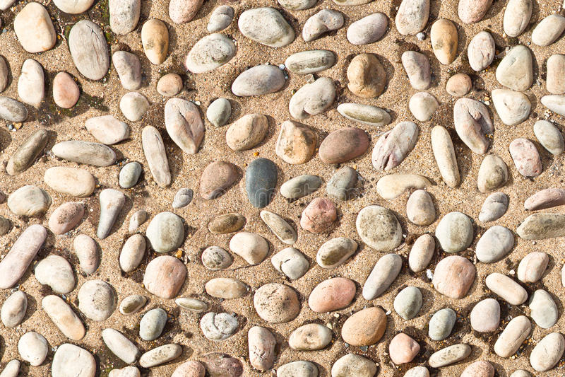 Biali otoczaków kamienie na betonowej tekstury bezszwowym niekończący się wzorze obrazy stock