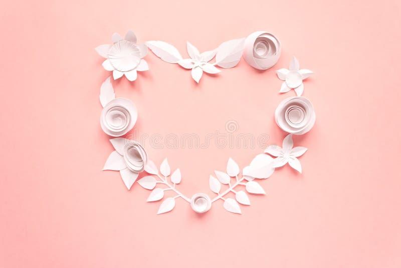 Biali papierowi kwiaty, prążkowani w formie serca na różowym tle Cięcie od papieru obraz royalty free