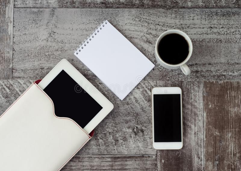 Biali pastylka, telefon, fili?anka kawy i notatnik, jeste?my na stole Praca w domu _ obrazy royalty free