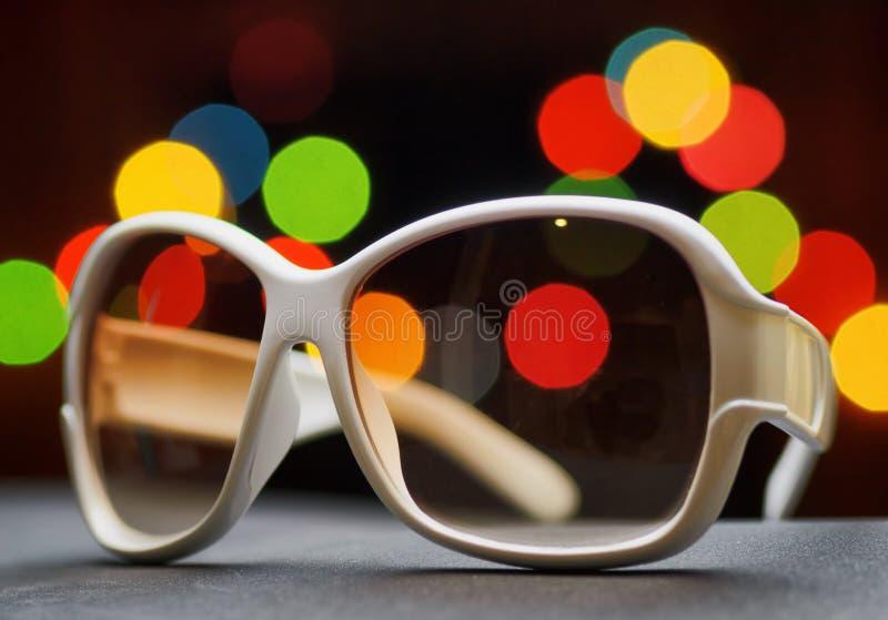 Biali plastikowi okulary przeciwsłoneczni. Śmieszny bokeh obraz stock