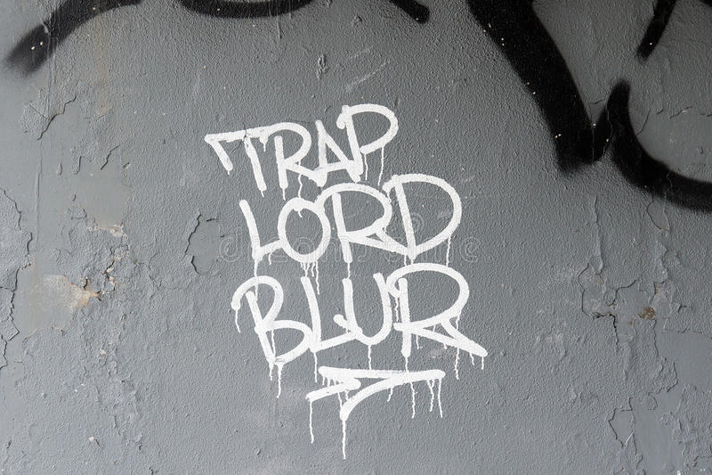 Biali ręcznie pisany graffiti na popielatej ścianie fotografia stock