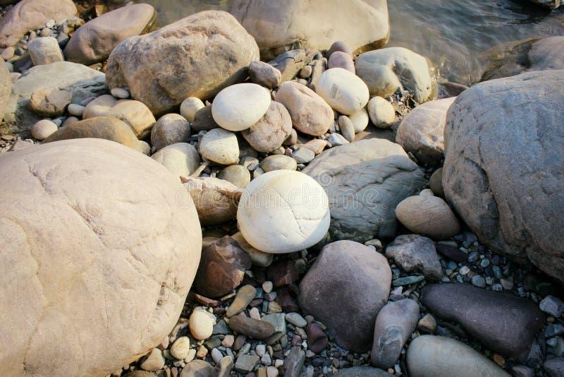 Biali round otoczaków kamienie zdjęcie stock