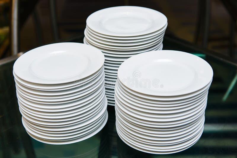 Biali round talerze obraz stock