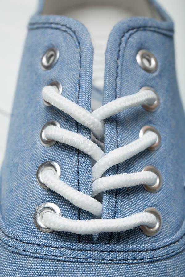 Biali shoelaces w sneakers, w górę, pionowo obraz stock