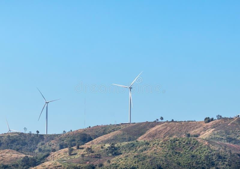 Biali silniki wiatrowi wytwarza elektryczność w siły wiatru staci zdjęcia royalty free