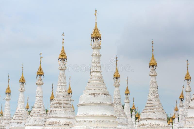 Biali stupas Kuthodaw pagoda z Tripitaka Drylują inskrypcje inside w Mandalay zdjęcie royalty free